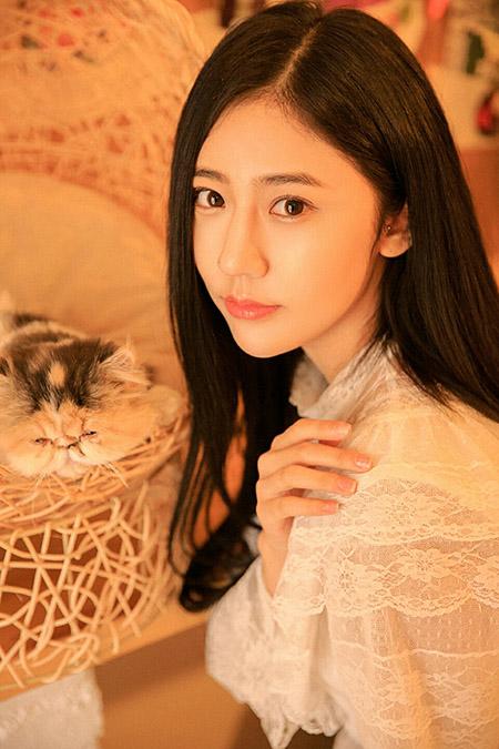 猫咪陪伴清纯长发美女图片照
