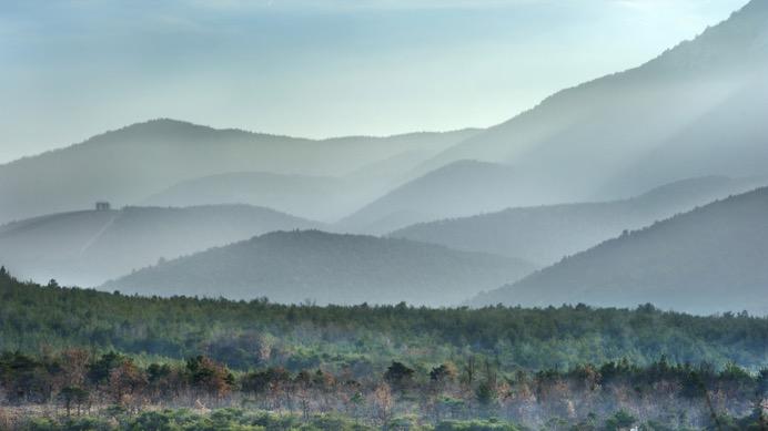 烟雾缭绕的山峰ppt图片素材免费下载