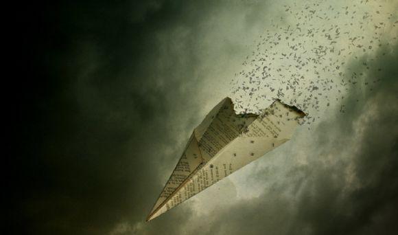 旧报纸折的纸飞机怀旧ppt背景图片